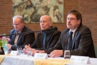 Im Bild (v.l.) Pressesprecher Jens Peter Iven, Pfarrer Christoph Rollbühler und Vizepräses Christoph Pistorius