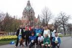 Es ist bedeckt, die Temperatur frisch und der Tag noch jung: Das Laufteam Landeskirchenamt vor Neuem Rathaus vor dem Start.