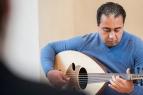 Firas Aldani trug Stücke auf der Oud, der arabischen Laute, bei.