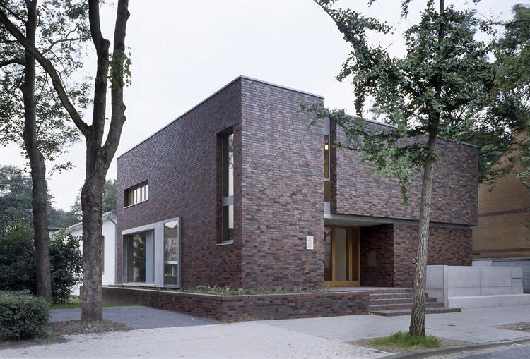 Zweigeschossiger, kubischer Baukörper: das Gemeindehaus an der Wildstraße von außen.