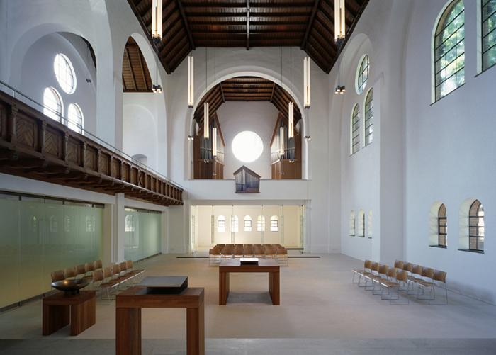 Im Inneren hell: Blick auf Emporen und Orgel der Johanneskirche.