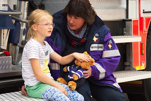 Notfallseelsorgende sind an der Seite von Kindern oder Erwachsenen in außergewöhnlich belastenden Fällen.