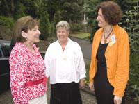 Prominente Schirmherrin: Eva Luise Köhler mit Rosmarie Hadré (M.) und Anke Kreutz von der rheinischen Frauenhilfe.