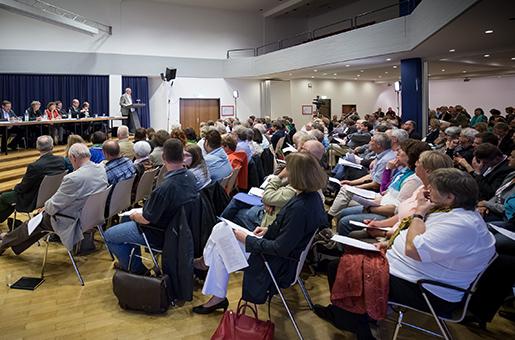 Gut besuchte Diskussionsveranstaltung über die Kirchenleitungsvorschläge zur Haushaltskonsolidierung in Bonn.