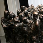 Mahnende Erinnerung: Diese Skulptur der Bildhauerin Ulle Hees hat zwei Seiten und steht an zwei Orten: unweit der Gemarker Kirche und im Landeskirchenamt der rheinischen Kirche in Düsseldorf.