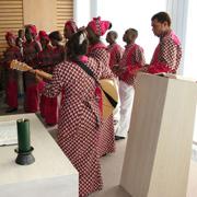 Der Chor La Grâce aus dem Kongo zu Besuch in der Andacht im Düsseldorfer Landeskirchenamt.