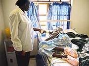 Letzte Tage: Pflegerin (l.) und Patientin im Aids-Hospiz in Maraisburg bei Johannesburg/Südafrika