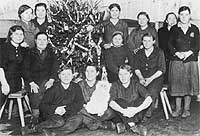 Weihnachtsbaum inklusive: Zwangsarbeiterinnen aus einem Duisburger Eisenwerk.