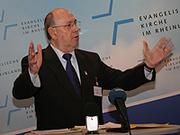 Präses Nikolaus Schneider während der Eröffnungspressekonferenz der Landessynode.