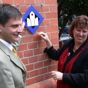 Das Signet Offene Kirche in Troisdorf: Die ehemalige Vizepräses Petra Bosse-Huber und Pfarrer Dietmar Pistorius.