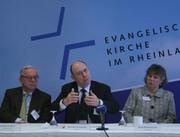 Vizepräsident Christian Drägert, Präses Nikolaus Schneider und Vizepräses Petra Bosse-Huber bei der Abschlusspressekonferenz.