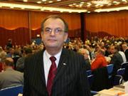 Weihnachten und Ostern im Juni: Kirchentagspräsident Dr. Reinhard Höppner vor der Synode.