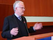 Ärmel aufkrempeln: NRW-Ministerpräsident Jürgen Rüttgers sprach ein Grußwort auf der Landessynode 2009.