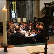 Pressekonferenz zum Jubiläum 400 Jahre 1. Reformierte Generalsynode in der Duisburger Salvatorkirche. In dieser Kirche fand kürzlich der Gedenkgottesdienst zum Loveparade-Unglück statt, woran die Kerze (l.) erinnert.