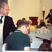 Klingelbeutelsammlung während des Gottesdienstes