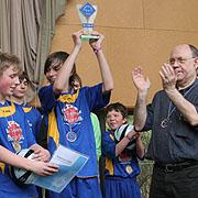 Präses Nikolaus Schneider (r.) und Kirchenrat Stefan Drubel (l. im Original) mit dem KonfiCup-2011-Gewinnern aus Kirchberg.