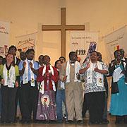 Frauen und Männer aus Partnerkirchen Essens in Afrika, Asien und Europa beim Dekade-Abschlussgottesdienst im September 2010.