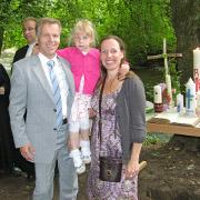 Die Pfarrerin und die Pfarrer (im Original) mit Täufling Frida Amélie Feuersänger und ihren Eltern beim Taufgottesdienst an der Anger