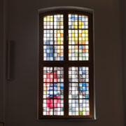 Von innen gesehen, hat die Johanniskirche nun bunte Fensterscheiben.