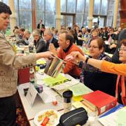 Zettel für Zettel ins Eimerchen: Die Landessynode 2011 bei der Wahl.