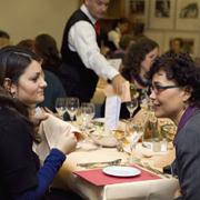 Zwei von sieben Tischrednerinnen: Lamya Kaddor (l.) und Prof. Heike Walz beim rheinischen Frauenmahl.
