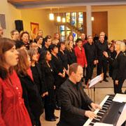Der Chor PaterNoster aus Düsseldorf unter der Leitung von Elke Wisse sang im Eröffnungsgottesdienst der Landessynode 2012. Am Piano: Niclas Floer.