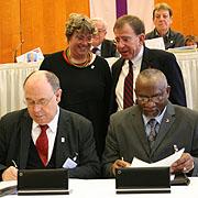 Reverend Lilton J. Marks und Präses Nikolaus Schneider unterzeichnen den Partnerschaftsvertrag von rheinischer Kirche und Southern Conference der United Church of Christ (UCC).