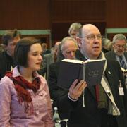 Präses Nikolaus Schneider sang und betete bei der Andacht im Plenum mit.