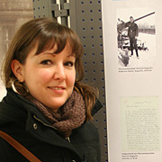 Die Historikerin Ruth Rockel vom Archiv der Evangelischen Kirche im Rheinland vor den Tafeln über die Feldpostbriefe rheinischer Pfarrer aus dem Zweiten Weltkrieg.
