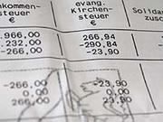 Die Kirchensteuer wird über die staatlichen Finanzämter erhoben.