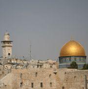 Die Klagemauer in Jerusalem mit Blick auf den Felsendom