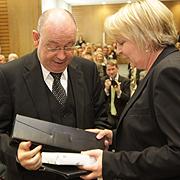 Glückwunsch mit Geschenk: NRW-Ministerpräsidentin Hannelore Kraft gratuliert Präses Nikolaus Schneider zum 65. Geburstag.