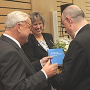 Vizepräsident Christian Drägert (l.) und Vizepräses Petra Bosse-Huber übergeben dem Präses die Festschrift zu seinem 65. Geburtstag.