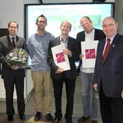 Im Originalbild von links: Annette Paul und Johannes Kister von der Jury, Bürgermeister Peter Lang, Joachim Hieß, Pfarrer Burkard Zill, Heinirch Lessing und Präses Nikolaus Schneider.