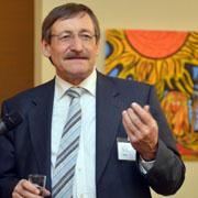 Oberkirchenrat Klaus Eberl bei der Vernissage in der Martin-Luther-Kirche.