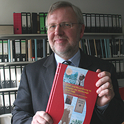Professor Dr. Thomas Martin Schneider ist Herausgeber des Kirchengeschichtsbands