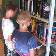 Stöbern im Bücherangebot gehört zur Aktion Sommerleseclub.