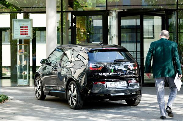 Ersetzt ein bisheriges Dieselfahrzeug: der BMW i3, der mit grünem Strom fährt.