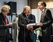 Ursula und Martin Held überreichen Archivdirektor Dr. Stefan Flesch (r.) Stücke aus dem Nachlass ihres Vaters.
