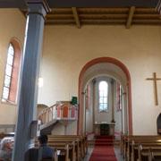 Die Stille im Kirchenraum wird von Besuchern der Autobahnkirche Waldlaubersheim besonders geschätzt.