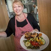 Himmel un Ääd: Kornelia Kraemer serviert Röstkartoffeln mit Blutwurst und süßem Apfel.