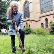 Pfarrerin Sabine Reinhold gärtnert selbst mit im Oberbilker Gemeindegarten.
