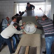Eine generalüberholte Industriewaschmaschine macht es einfacher, die Berge von Kinderwäsche zu bewältigen.