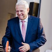 Der Kölner Superintendent Rolf Domning hat sich den Vortritt beim Grußwort beim Tischtennis erspielt.