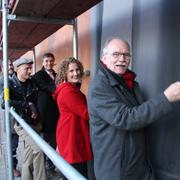 Helfen bei den letzten Pinselstrichen: Superintendent Helmut Hitzbleck, Simone Lenz (Eine-Welt-Netz NRW), Schirmherr Prof. Peter Vermeulen, Künstler Hardy Bock und Claudio Gnypek (GMÖ).