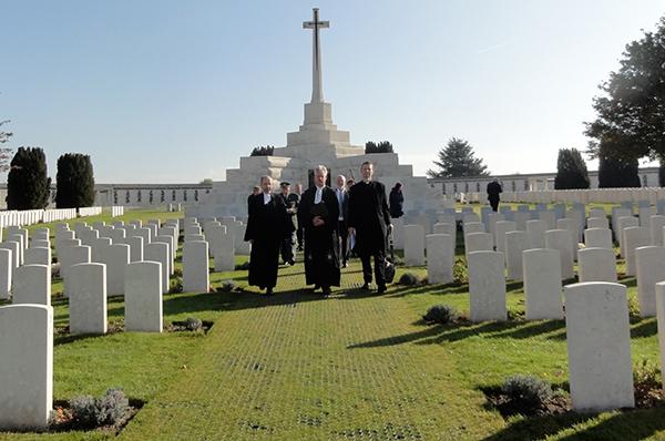 Gräber englischer Soldaten, die im Ersten Weltkrieg gefallen sind, beim Gedenken mit den drei Kirchenleitern.