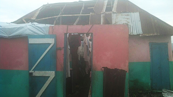 Das Dach fehlt und das Hab und Gut ist zum Trocknen aufgehängt: Jean Romain Avril schickte ein Foto seines zerstörten Zuhauses.