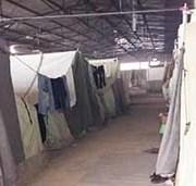 Viele Flüchtlinge sitzen nach wie vor in Griechenland unter schwierigen Bedingungen fest, leben beispielsweise in Zelten in einer ehemaligen Fabrikhalle.