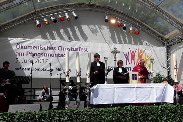 Bischof Felix Genn (v.r.), Präses Annette Kurschus und Vizepräses Christoph Pistorius weiteten beim ökumenischen Fest ihre Zusammenarbeit aus.