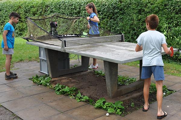 Tischtennis mit der kleinen Maschine, die Bälle ausspuckt: Kinderfreizeit des Kirchenkreises An Nahe und Glan.